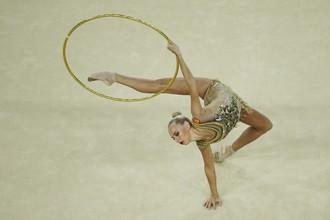Российская спортсменка Яна Кудрявцева борется за медали на Играх в Рио в соревнованиях по художественной гимнастике в личном многоборье