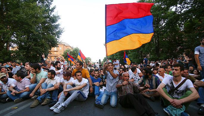 Участники акции протеста в Ереване против повышения цен на электроэнергию, июнь 2015 года