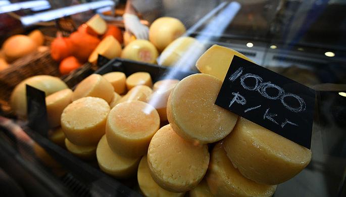 Продажа сыра на фестивале российского сыра на Манежной площади в Москве