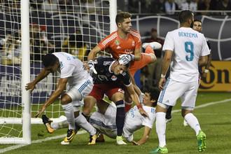 В дебютном матче за «Реал» Луке Зидану (в оранжевой форме) пришлось потрудиться в поте лица