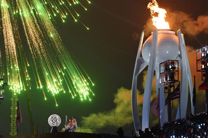 Зажжение олимпийского огня в чаше на церемонии открытия XII зимних Паралимпийских игр в Пхенчхане