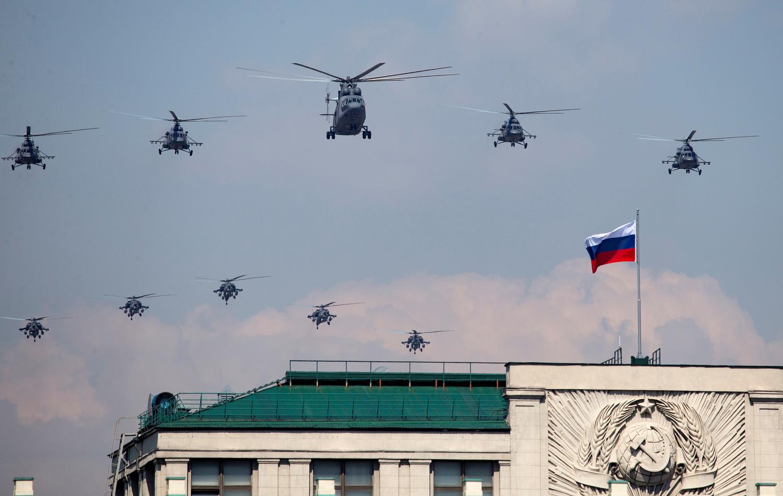 Военные вертолеты во время генеральной репетиции военного парада Победы, 7 мая 2019 года