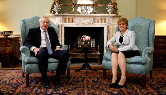 Премьер-министр Великобритании Борис Джонсон и первый министр Шотландии Никола Стерджен во время встречи в Эдинбурге, 29 июля 2019 года