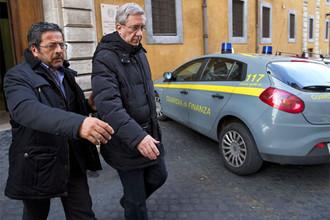 Итальянская полиция арестовала священника Франко Декаминаду, руководившего принадлежащей Ватикану клиникой, по обвинению в хищении 4 миллионов евро