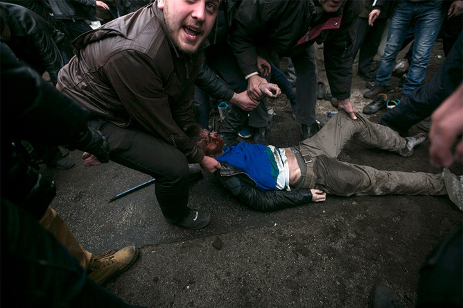 Пострадавший участник столкновений у здания Верховного совета Крыма в Симферополе