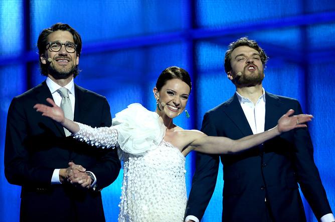 Датские телеведущие Лисе Ренне и Николай Коппель (слева) и датский актер Пилоу Асбек (справа)