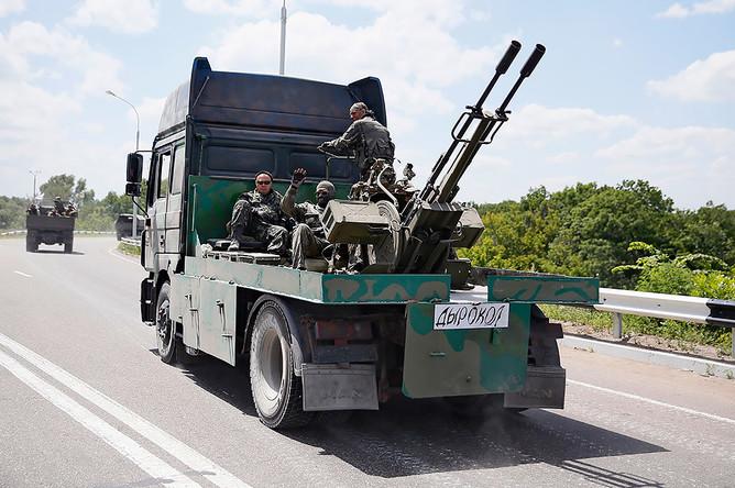 Народные ополченцы на блокпосту «Ясинуватский» при въезде в Донецк