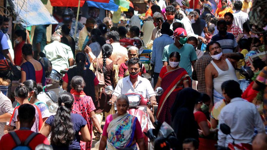 Люди на рынке в Мумбаи, 23 апреля 2021 года