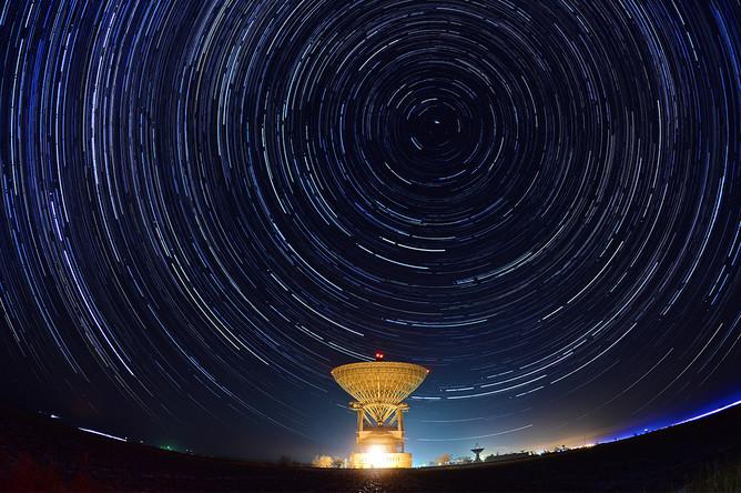 Ночное небо на фоне радиотелескопа РТ-70 в Приморском крае, 14 декабря 2015 года