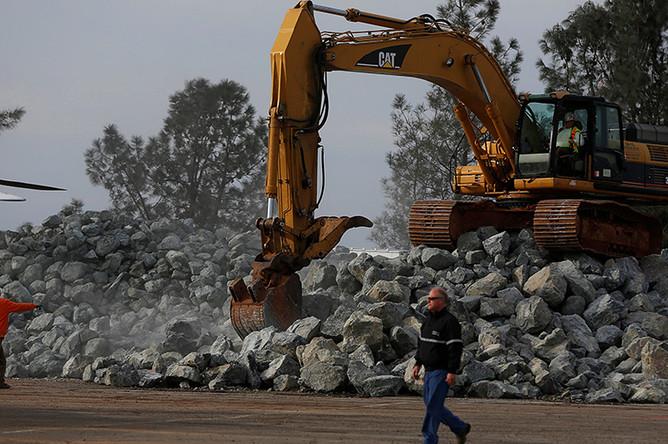 Местные коммунальные службы пытаются укрепить территорию вокруг плотины