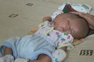 В Индонезии родился младенец с двумя лицами, скриншот видео, снятого родителями ребенка