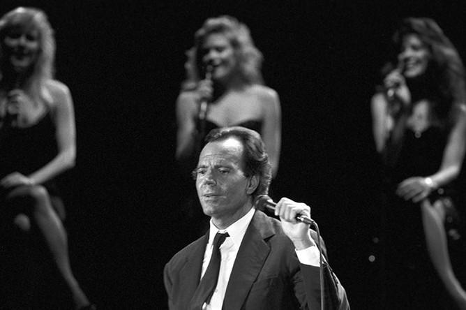 Испанский певец Хулио Иглесиас во время выступления в Москве, 1989 год