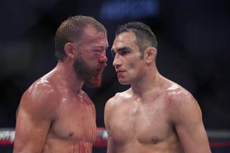 Тони Фергюсон (справа) и Дональд Серроне после боя