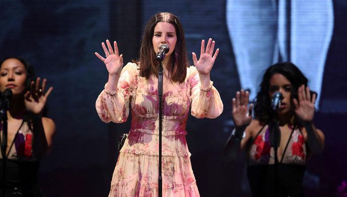 Лана Дель Рей во время выступления в Атланте, 2018 год