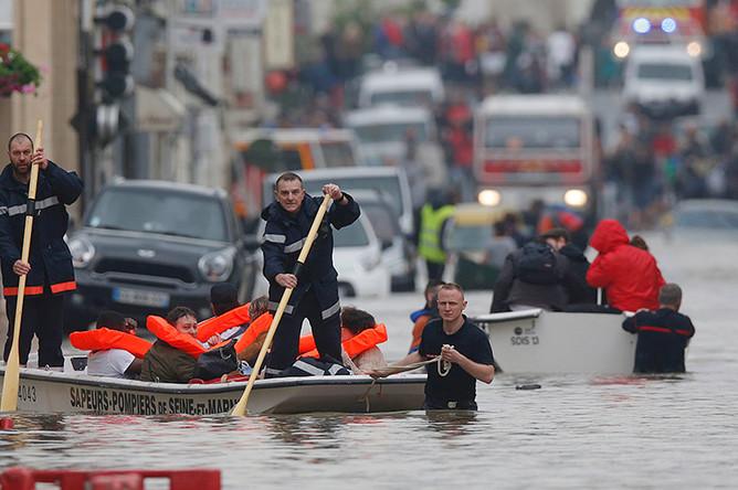 Наводнение в городе Немур на севере Франции