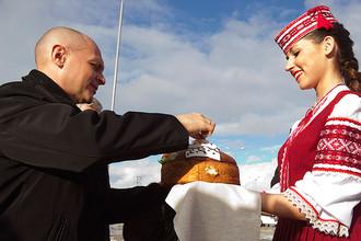 Главу «Росатома» Сергея Кириенко встречают хлебом-солью на месте строительства АЭС в белорусском Островце, 2013 год