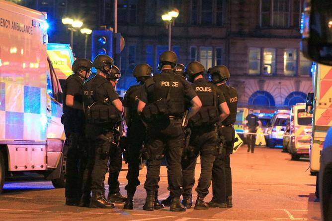 Экстренные службы и полиция около стадиона «Манчестер Арена» после взрыва на концерте, 22 мая 2017 года