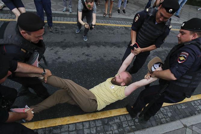Задержание участника акции в поддержку журналиста И.Голунова в Москве, 12 июня 2019 года