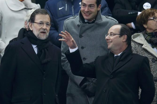 Премьер Испании Мариано Рахой (слева) и президент Франции Франсуа Олланд на матче своих национальных команд