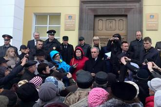 Ульяновцы, заблокировав двери администрации, вынудили губернатора выйти в народ