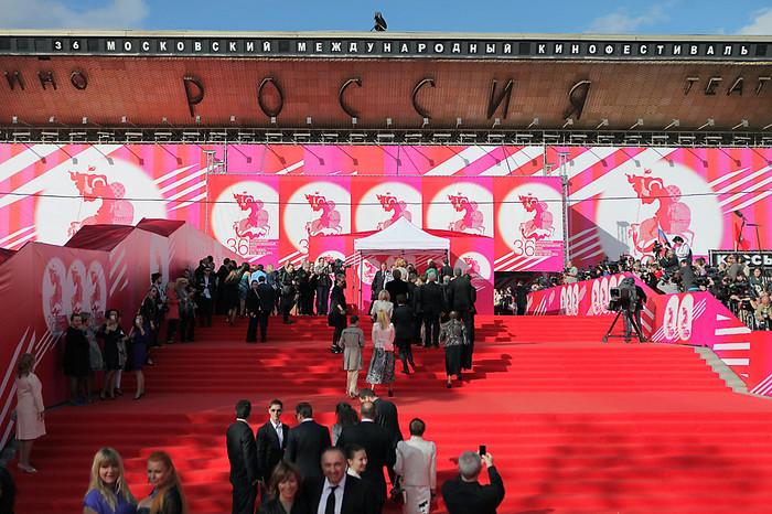 Гости накрасной дорожке во время церемонии открытия 36-го Московского международного кинофестиваля