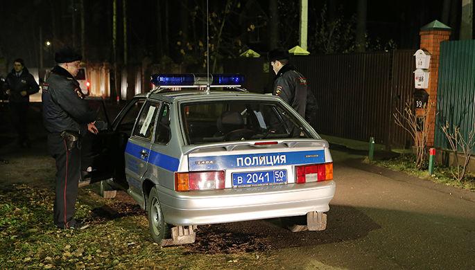 Сотрудники правоохранительных органов работают на месте задержания участников банды в поселке Удельная Раменского района Московской области