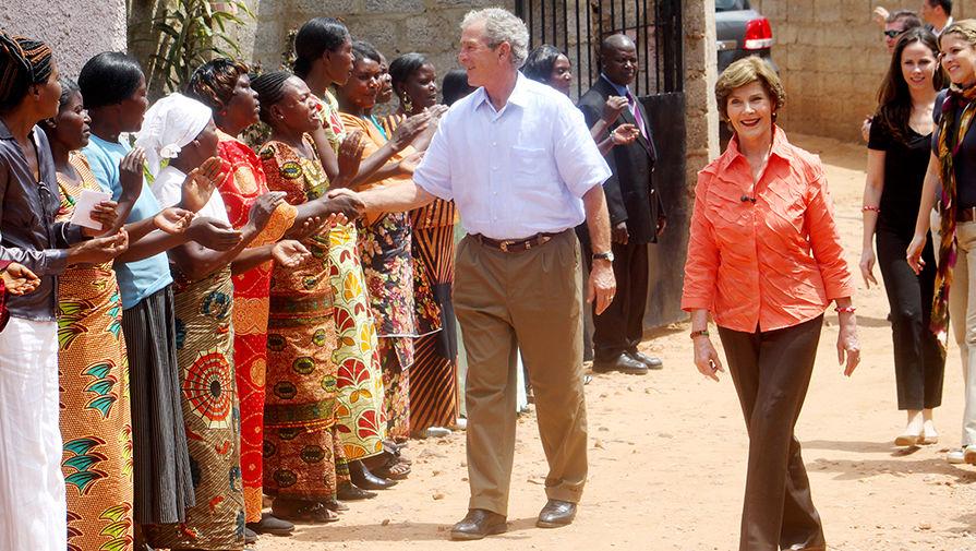Бывший президент США Джордж Буш-младший с супругой Лорой во время посещения Замбии, 2011 год