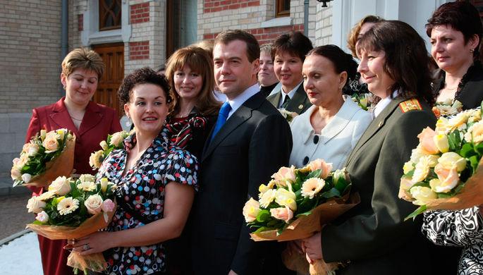 Дмитрий Медведев во время встречи с женщинами — представительницами «неженских» профессий накануне праздника 8 Марта в гостевой резиденции в Барвихе (2009 год)