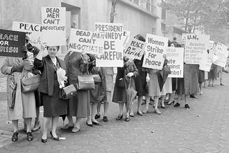 Пикет организации «Женщины за мир» около штаб-квартиры ООН в Нью-Йорке, где проходило специальное заседание по Карибскому кризису, 23 октября 1962 года