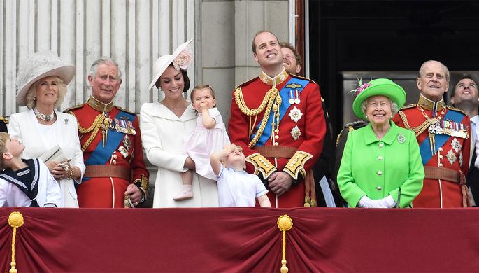 Королевская семья: принц Чарльз с супругой Камиллой, принц Уильям, на его фоне принц Гарри, Кейт Миддлтон с детьми, королева Елизавета II с супругом Филиппом