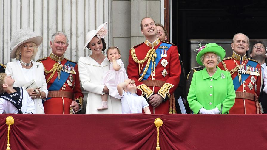 Королевская семья: принц Чарльз с супругой Камиллой, принц Уильям, на его фоне принц Гарри, Кейт...