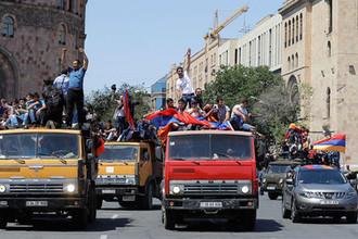Сторонники лидера армянской оппозиции Никола Пашиняна во время демонстрации в центре Еревана, 2 мая 2018 года