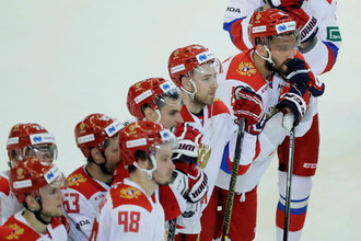 Нападающий сборной России Александр Овечкин с командой в матче против Финляндии.