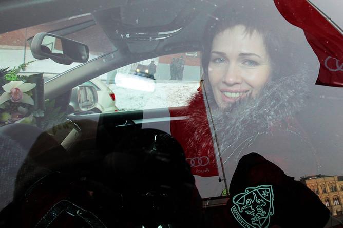 Ольга Медведцева во время торжественной церемонии награждения российских победителей и призеров Олимпийских игр-2010 в Ванкувере автомобилями Audi на Васильевском спуске, 2010 год