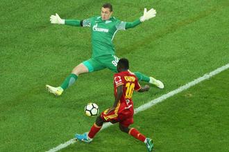Вратарь «Зенита» Андрей Лунев пытается защитить ворота