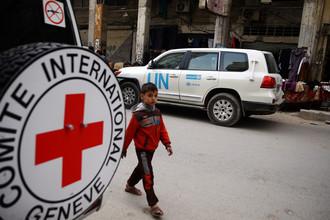 Автомобиль Международного движения Красного Креста и Красного Полумесяца в сирийском городе Дума, который контролирует оппозиция, ноябрь 2017 года