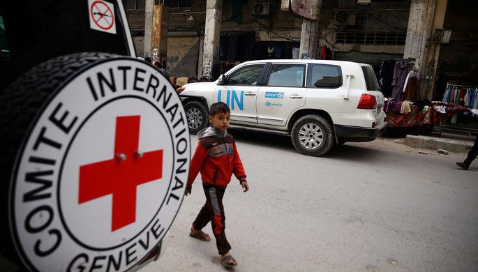Автомобиль Международного движения Красного Креста и Красного Полумесяца в сирийском городе Дума...
