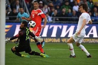 Полузащитник сборной России Александр Самедов открывает счет в матче