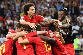 Игроки сборной Бельгии празднуют гол в ворота команды Японии