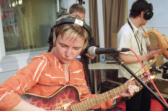 Солистка группы «Сурганова и оркестр» Светлана Сурганова во время выступления на фестивале «Нашествие 2003», который проходил в прямом эфире «Нашего Радио»