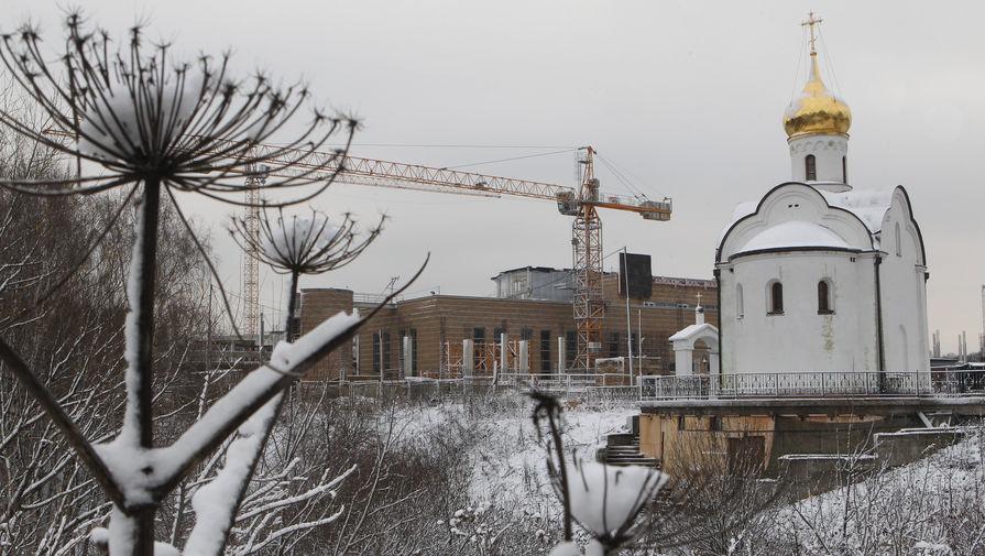 Церковь Всех Святых и реконструируемый аквапарк «Трансвааль-парк» в московском Ясенево, 2010 год