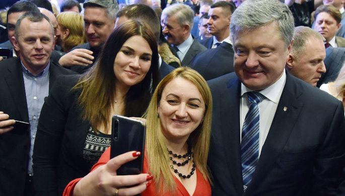 Президент Украины Петр Порошенко фотографируется со своими сторонниками в Совете регионального развития Львовщины в рамках своей предвыборной поездки во Львовскую область, февраль 2019 года