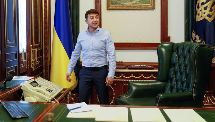 Президент Украины Владимир Зеленский у себя в кабинете в Киеве, 19 июня 2019 года