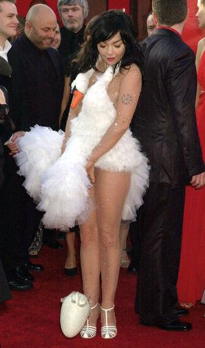 Бьорк в знаменитом платье-лебеде на церемонии «Оскар» в 2001 году