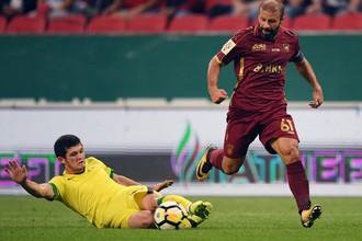 Игрок «Анжи» Аяз Гулиев (слева) и футболист «Рубина» Гекдениз Карадениз