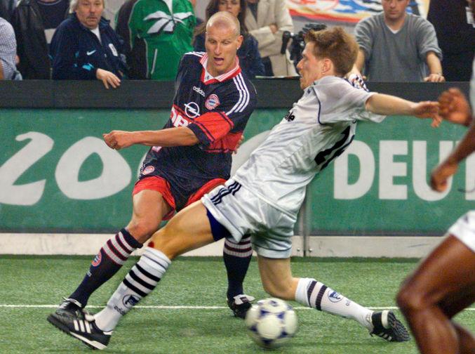 Как и многие другие югославские футболисты, Ивица Олич в самом начале своей профессиональной карьеры пытался пробиться на высокий европейский уровень. Для этого он в 19-летнем возрасте перебрался в Германию, где подписал контракт с «Гертой». На фото Ивица Олич в составе «Герты» во время игры против «Баварии» в 1999 году