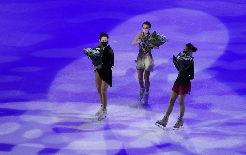 Елизавета Туктамышева (серебро), Анна Щербакова (золото) и Александра Трусова (бронза) на церемонии награждения призеров произвольной программы одиночного женского катания на чемпионате мира по фигурному катанию в Стокгольме, 26 марта 2021 года