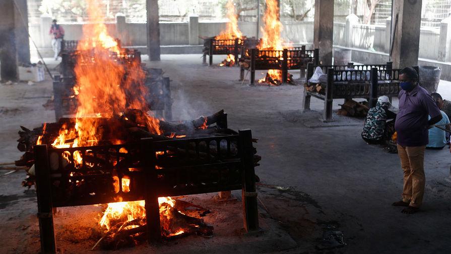Работа крематория в пригороде Мумбаи, 23 апреля 2021 года