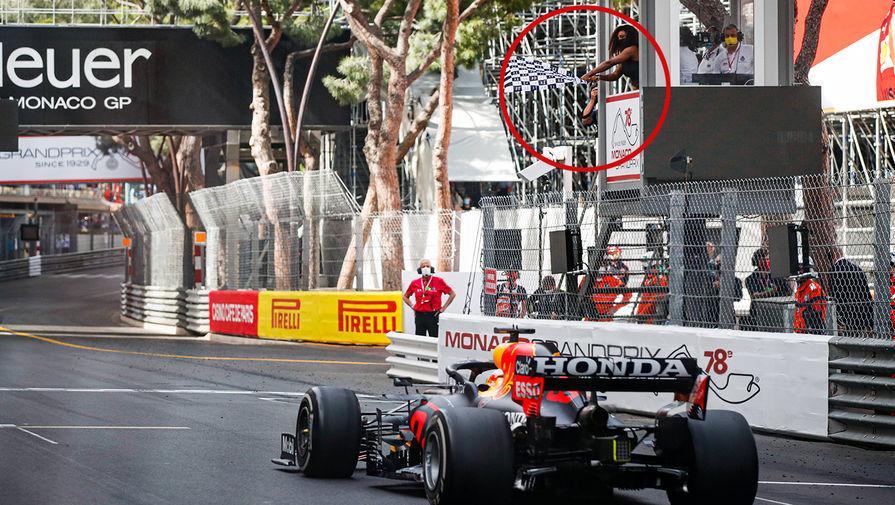 Серена Уильямс встречает победителя гонки Гран-при Монако Формулы-1 на финише, размахивая клетчатым флагом