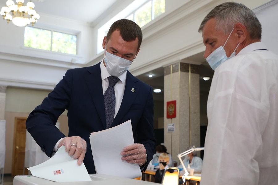 Временно исполняющий обязанности губернатора Хабаровского края Михаил Дегтярев голосует наизбирательном участке вХабаровске, 17 сентября 2021 года